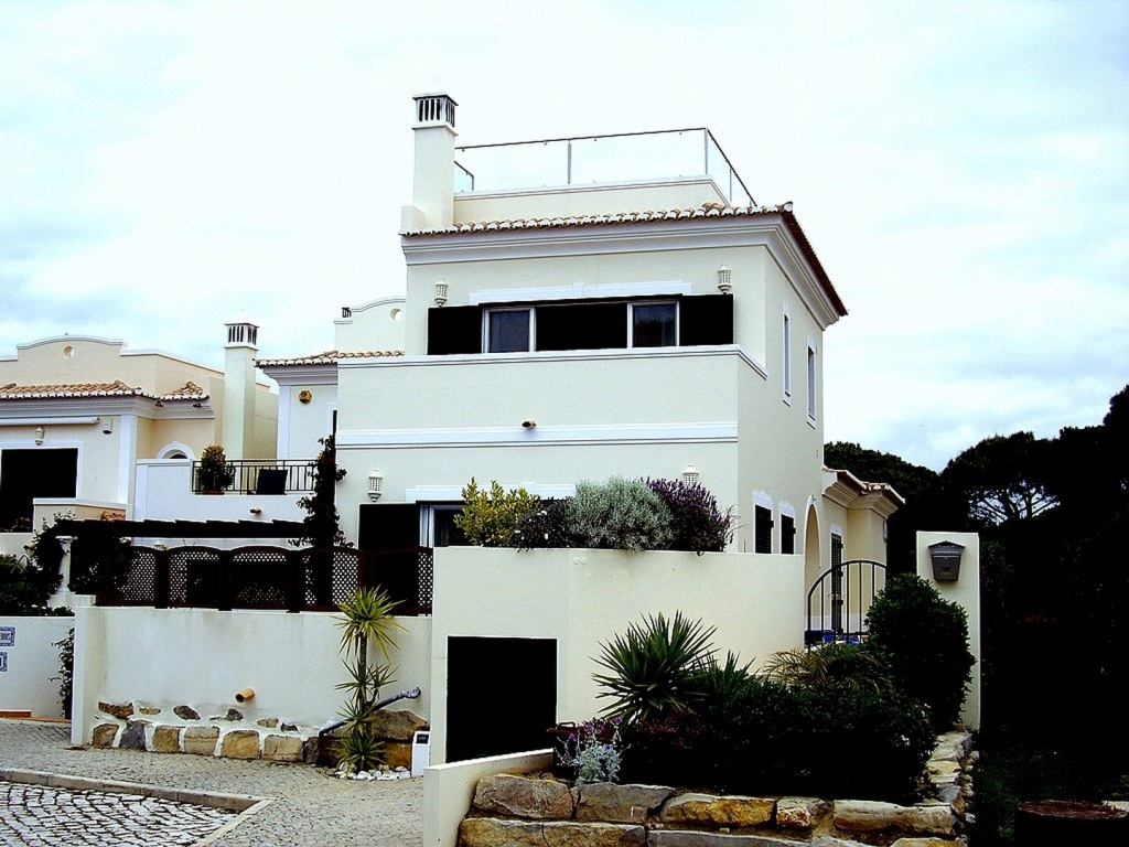 Bargain Villa In Vale do Lobo Vale das Flores Algarve For Sale