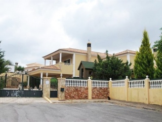 Loule €445,000Bargain PropertyDetached villa with 5 beds & 3 baths, swimming pool & 1,000m2 plot…