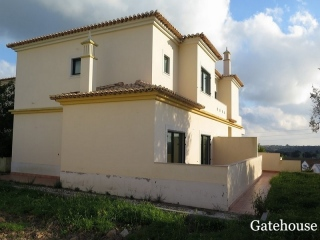 Alcantarilha €790,000Bank RepossessionBargain property composed by 6 separate villas with shared pool and views…