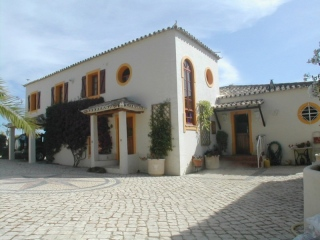 Loule €650,000Bargain PropertyDetached traditional villa with 5 beds & 4 baths, pool & 3,750m2 plot …