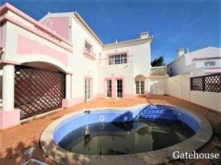 Pq da Floresta €349,000Bank RepossessionLovely villa with 3 beds & 3 baths with private pool and garage…