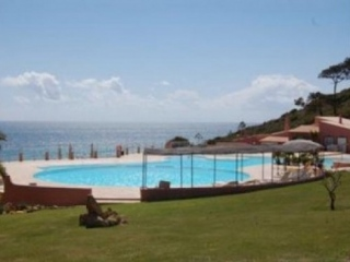 Luz €169,000Bargain PropertySea front apartment with 3 beds, 3 baths & shared swimming pool..