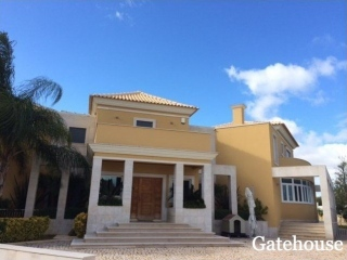 Olhos d Agua €829,000Bank RepossessionDetached 420m2 villa with 4 beds & 5 baths & swimming pool…
