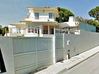 Vale do Lobo €635,000Bank RepossessionDetached villa with 7 beds & 7 baths & pool in Vilas Alvas…