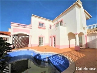Pq da Floresta €398,000Bank RepossessionLovely villa with 3 beds & 3 baths with private pool and garage…
