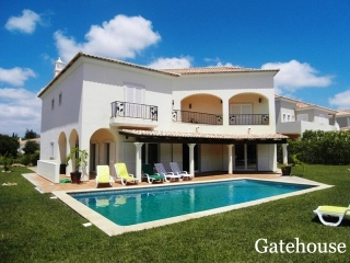 Vale do Lobo €695,000Bargain PropertyDetached villa with 4 beds, 5 baths, swimming pool in The Village…