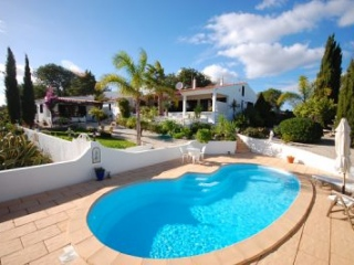Boliqueime €375,000Bargain PropertyDetached villa with 3 beds, 3 baths, swimming pool & 2,800m2 plot..