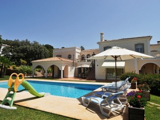Sao Bras €900,000Bank RepossessionDetached villa with 5 beds, 5 baths, swimming pool & 3,130m2 plot…