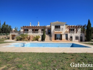 Estoi €890,715Bank RepossessionDetached villa with 5 beds, 5 baths, pool & 10,000m2 plot…