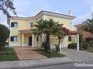 QDL €825,000Bank RepossessionDetached 4 bed 4 bath villa with a swimming pool in Martinhal…