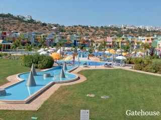 Albufeira €295,000Bank RepossessionGround floor duplex apartment with 2 beds 2 baths with shared pool…