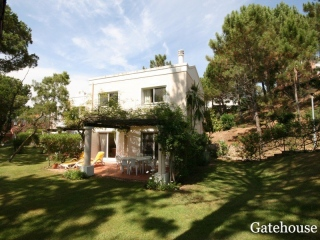 Quinta do Lago €320,000Bargain PropertyTownhouse with 2 beds, 2 baths & shared swimming pool…