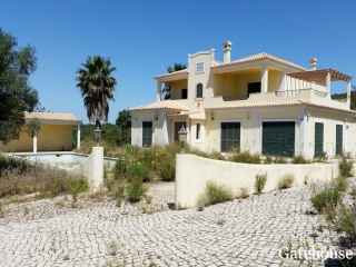 Loule €451,000Bank RepossessionDetached 4 bed 4 bath sea view villa with pool & 8,750m2 plot…